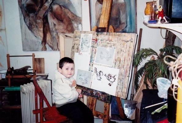 Mały Dušan Krtolica przy sztalugach (fot. facebook.com)