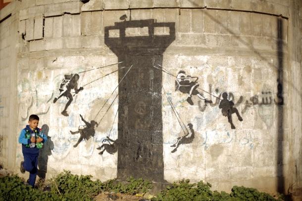 Autorem tego muralu jest prawdopodobnie Banksy. Fot. AFP