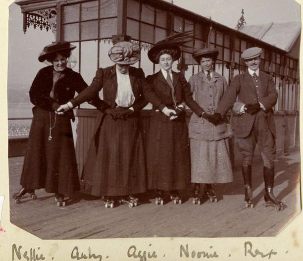 Na zdjęciu Agatha Christie wraz z przyjaciółmi na molo w Torquay/bbc.com