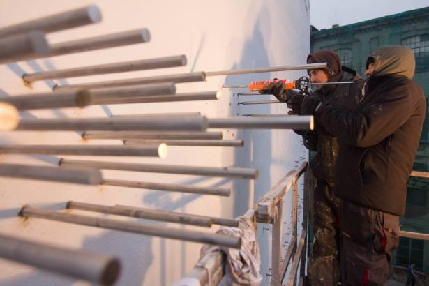 W ścianie zostało osadzonych 1300 metalowych prętów, fot. Maciej Stempij
